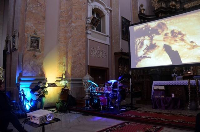 Wyjątkowa Męka Pańska na gitarę, perkusję i piasek w kościele