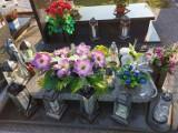 Cmentarz w Wieluniu przed Świętem Zmarłych. Jest już sporo nowych wiązanek i zniczy.
