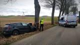 BMW uderzyło w drzewo na drodze z Grzmiącej do Niedarzyna. Bytowska Kronika Policyjna