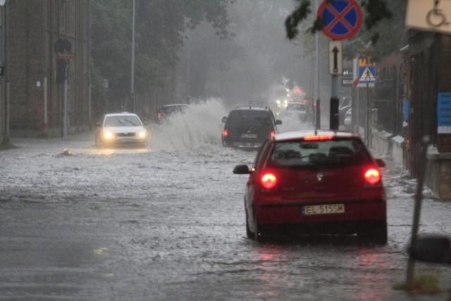 Uwaga, burze i gwałtowne opady mogą dać się we znaki mieszkańcom województwa łódzkiego. W środę, 7 sierpnia, ostrzeżenie przed nawałnicami opublikował IMGW. Czy w środę zagrzmi? Sprawdźcie prognozę pogody i mapę online, by dowiedzieć się, gdzie jest burza. Czy znów nad województwem łódzkim przejdzie burza i ulewa? Sprawdźcie ostrzeżenie IMGW. Zobaczcie, nad którymi powiatami województwa łódzkiego mają przejść dziś burze.