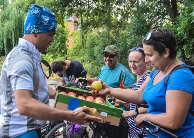 Uczestnicy rajdów rowerowych i pieszych otrzymują przed  startem pożywne owoce oraz zapas wody