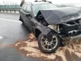 Kraków. Samochód uderzył w bariery na autostradzie w Balicach. Rozbity pojazd obywateli Ukrainy