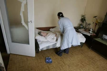 Mieszkanka Dąbrowy Górniczej jest pod opieką dochodzącej pielęgniarki.