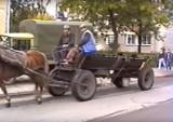 Konie na ulicy, uliczni grajkowie i tłumy na stadionie. Tak wyglądała Warszawa...w 1993 roku
