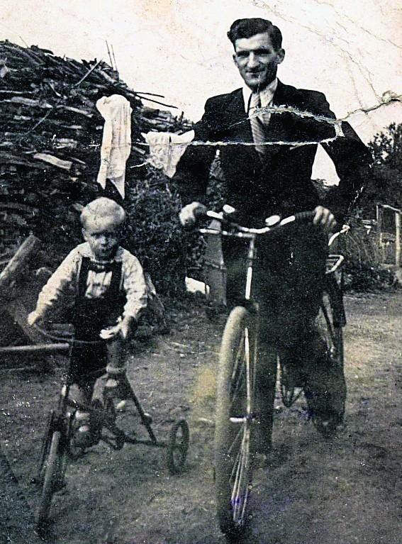 Jaś Kaczmarek z ojcem Stanisławem - jedno ze zdjęć z książki