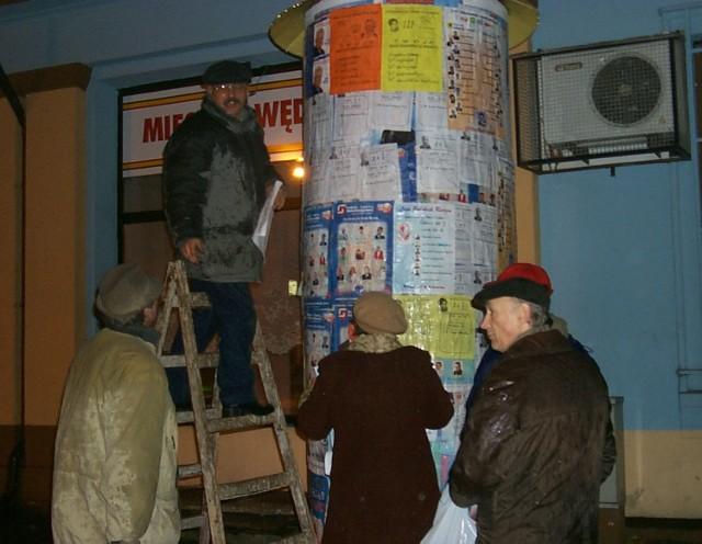 Klejenie plakatów w kampanii wyborczej 2002
