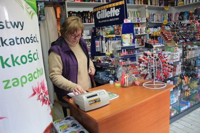 Przez 11 lat pracy w sklepie pani Ania nie została ani razu napadnięta. Ekspedientka z małego osiedlowego sklepiku z chemią wykazała się ogromną odwagą.