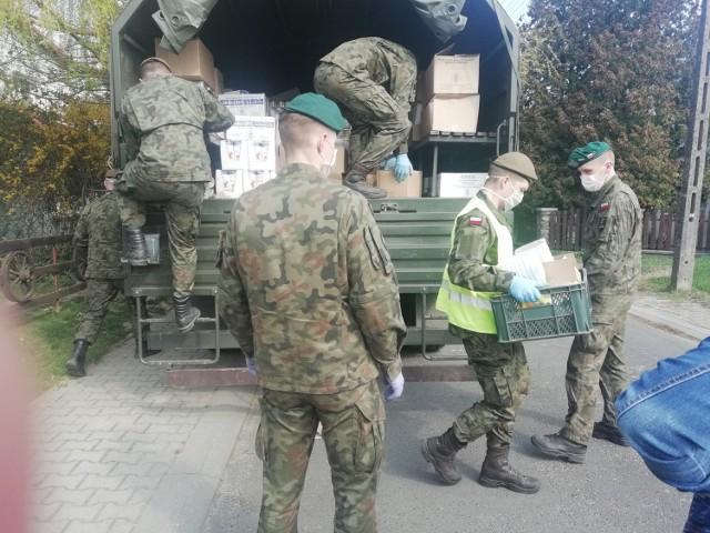 Wojskowi ze Skwierzyna oraz przedstawiciele OPS w Krośnie Odrzańskim rozwieźli aż 20 ton żywności!