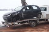W Rożniatach ciężarówka zderzyła się z autem osobowym. Paliwo na drodze
