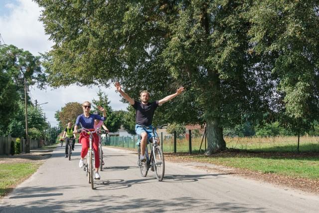 Przy boisku sportowym w Kwilczu otwarto drugi w powiecie międzychodzkim Rowerowy Kątek ze stacją naprawczą dla rowerów (4.09.2021)