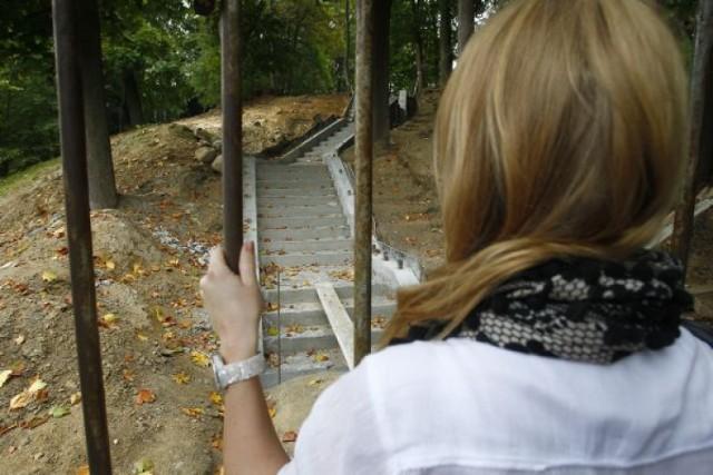 Trwa remont zniszczonych schodów na Cmentarzu Centralnym. O ich ...