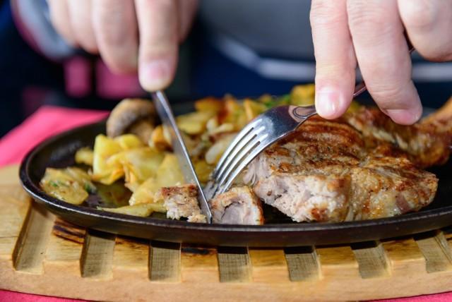"""Od czwartku 21 stycznia działa restauracja SteakHouse Evil Poznań, która znajduje się przy ul. Podgórnej. Formuła w jakiej postanowiono przyjmować gości jest jednak nietypowa. Do lokalu można się wybrać na """"spotkanie biznesowe w kierunku przyszłych lokali franczyzowych""""."""