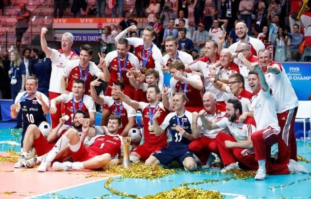 W zawodowym sporcie jest wielka przepaść pomiędzy zarobkami siatkarzy, piłkarzy, żużlowców. Pomimo tego, że każda dziedzina sportu wymaga 100% zaangażowania i wieloletniej pracy. Polscy siatkarze w 2018 roku obronili tytuł i po raz kolejny zdobyli złoty medal Mistrzostw świata w siatkówce mężczyzn. Radość była wielka, ale dla siatkarzy zapewne nie trwała długo. Wystarczyło, że porównali swoje zarobki za osiągnięcie najwyższego szczebla na światowym poziomie z zarobkami polskich piłkarzy, którzy na Mundialu nie wyszli z grupy. Ile zarabia finalista mistrzostw świata w żużlu, a ile mistrz świata w snookerze? O ile wzbogacił się Kamil Stoch po Pucharze Świata? Na jakie pieniądze może liczyć finalista turnieju pokerowego? Na widok niektórych kwot szczęka opada.