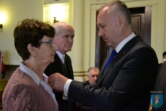 Prezydent Nowego Sącza Ludomir Handzel odznaczył jubilatów medalami za długoletnie pożycie małżeńskie, przyznanymi przez Prezydenta Rzeczypospolitej Polskiej Andrzeja Dudę
