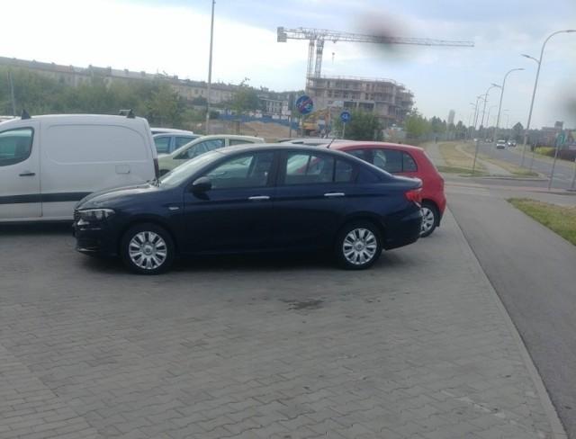 Bardzo niebezpiecznie jest na ścieżce rowerowej przy ulicy Wojska Polskiego i Pileckiego w Kielcach. Po sąsiedzku powstał parking i samochody przejeżdżają przez trasę dla rowerzystów.