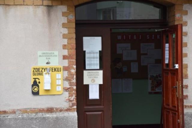 SP 3 w Sławnie od 1 września 2020 r. ograniczyła liczbę osób postronnych wchodzących na teren szkoły