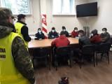8 mężczyzn ukrytych w naczepie tira w Olszynie. Chcieli w ten sposób przekroczyć granicę. Usłyszał ich kierowca ciężarówki