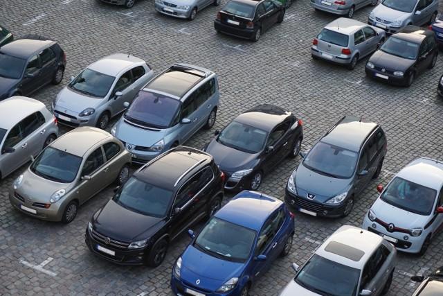 Wybierasz się do Przemyśla? Chcesz zwiedzić Stare Miasto? Podpowiadamy, gdzie możesz zostawić samochód w ścisłym centrum, żeby nie płacić za parking.  Zobacz także: Posiadacze motocykla lub skutera znają ten problem aż za dobrze. Gdzie można bezpiecznie pozostawić maszynę?