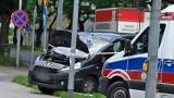 Groźny wypadek w Częstochowie. Na skutek zderzenia auto dachowało. Troje pieszych zostało rannych