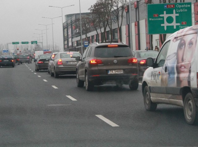 Sznur samochodów usiłujących z ulicy Świętokrzyskiej skręcić w prawo, by wjechać w aleję Solidarności.