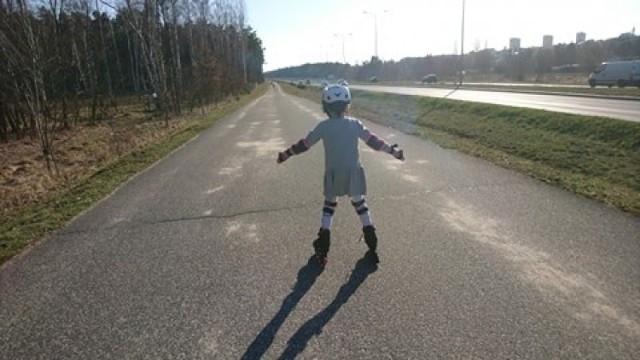"""Na drodze technicznej przy """"średnicówce"""" w Grudziądzu zalega sporo piasku. Rowerem czy na rolkach łatwo wpaść w poślizg"""