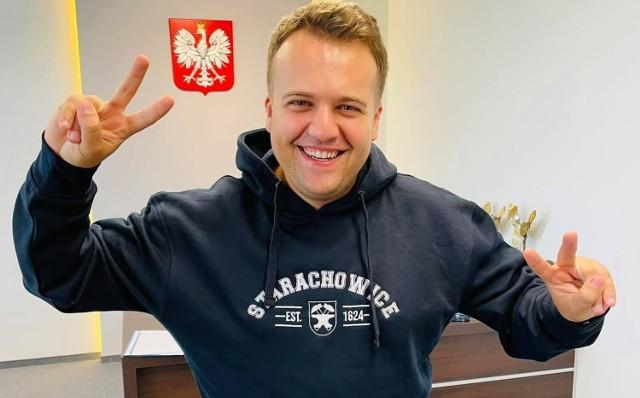 Prezydent Starachowic Marek Materek w bluzie - prezencie jaką w piątek otrzymał z okazji 32 urodzin.