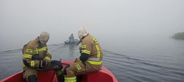 Strażacy odnaleźli wędkarza, który zabłądził na jeziorze Dąbie