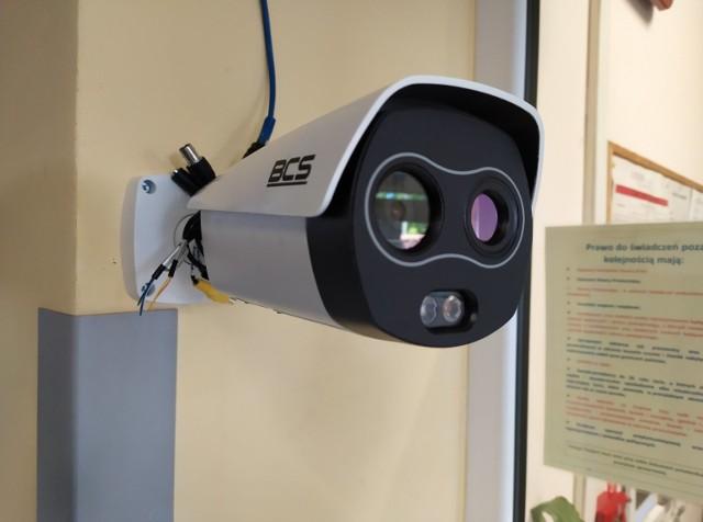 Kamery przy wejściu do głównego budynku Szpitala Uniwersyteckiego w Zielonej Górze sprawdzą temperaturę wchodzących tutaj osób.