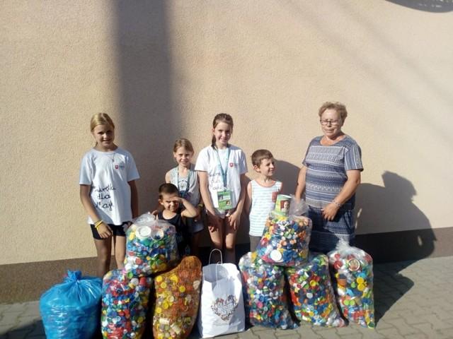 Mali wolontariusze zbierali nakrętki, dla małej Mai w Perzynach gmina Zbąszyń - 15.07.2021