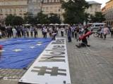 """Kraków. """"Wolne media, wolni ludzie, wolna Polska"""". Protest przeciwko ustawie """"Lex TVN"""" na Rynku Głównym"""