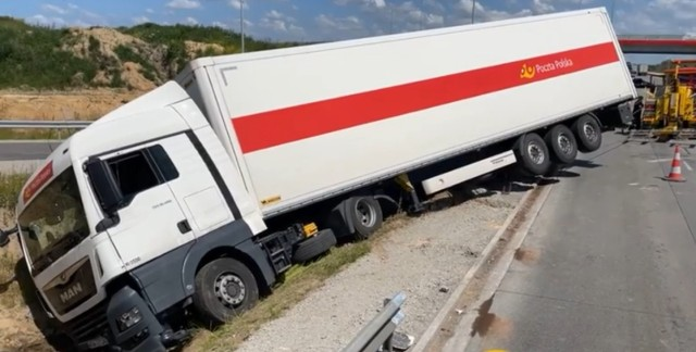 A1 za Częstochową w stronę Katowic zablokowana. Ciężarówka wypadła z drogi i blokuje przejazd