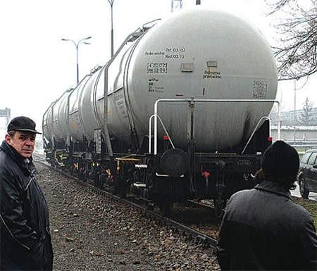 Rozpuszczalnik wydostał się z cysterny, która od dwóch lat stała na bocznicy kolejowej Polifarbu.