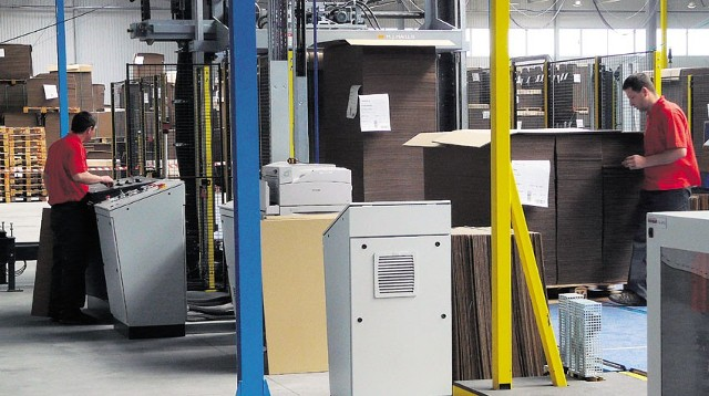 Ponad 1700 osób pracuje w zakładach w radomszczańskiej strefie. Na zdj. produkcja tektury w Aquila Polska
