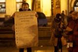 Protest branży gastronomicznej i hotelarskiej w Międzychodzie - mieszkańcy z Rynku przeszli pod biuro poselskie posłanki PiS Marty Kubiak