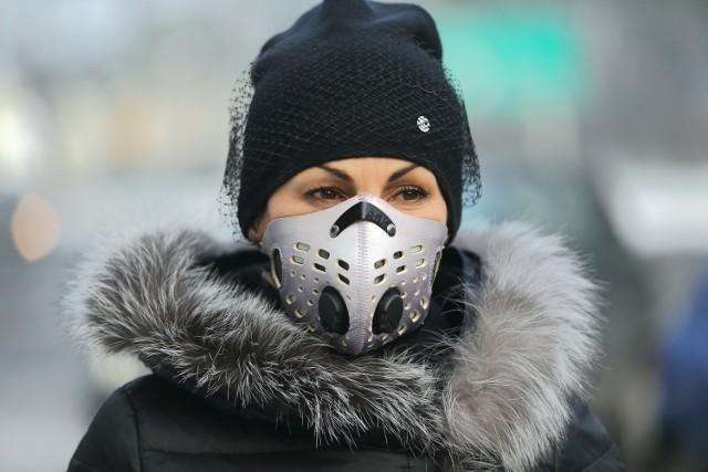 Sportowe albo w wersji miejskiej. W wymyślne kolorowe wzory albo czarne. Wybór masek antysmogowych jest ogromny. Cena? Od kilku do nawet kilkuset złotych. Ale maska masce nierówna...  Przed czym powinna chronić maska antysmogowa? Przeczytaj na kolejnym slajdzie.