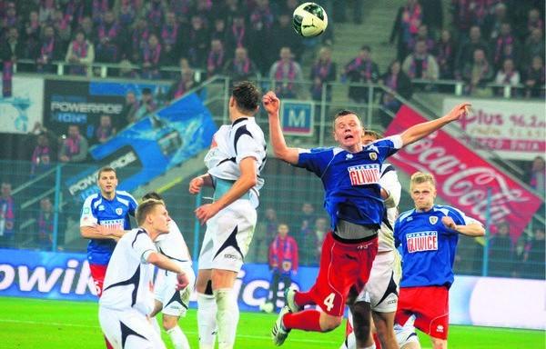 20-letni Mateusz Matras (4) jest wyróżniającym się piłkarzem Piasta