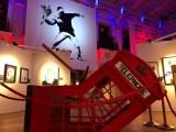 """Wystawa Banksy'ego w Warszawie. """"Dla Polski szykujemy wielką niespodziankę"""". Kiedy otwarcie?"""