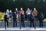 Protest przed Sejmem. O świcie aktywiści rozciągnęli zwoje drutu. W geście solidarności z uchodźcami
