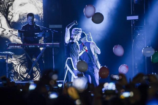 """Utwór """"Welcome To The Show"""" Adam Lambert nagrał w duecie z Laleh. Piosenka jest dostępna od 17 marca 2016."""