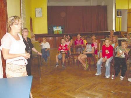 Katarzyna Maciejewska (z lewej) z innymi członkami Akcji Katolickiej pomagała przy zbieraniu wyprawek.