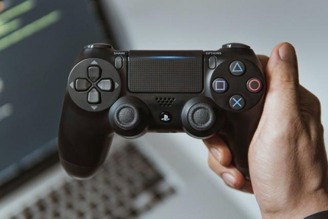 """Gry pozwalają rozwijać kompetencje miękkie – wskazują autorzy raportu ManpowerGroup """"Game to Work"""". W co grać, aby zwiększyć swoją konkurencyjność na rynku pracy?    Sprawdź listę gier dających przewagę zawodową i zobacz, na jakie stanowiska się nadajesz."""