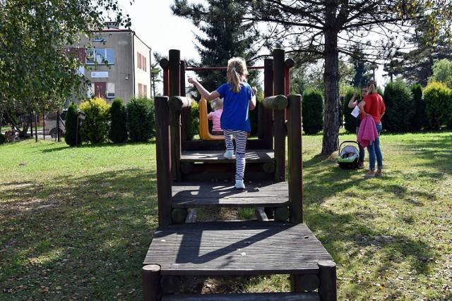 Plac zabaw koło przedszkola w Moszczenicy wypięknieje dzięki środkom z funduszu sołeckiego