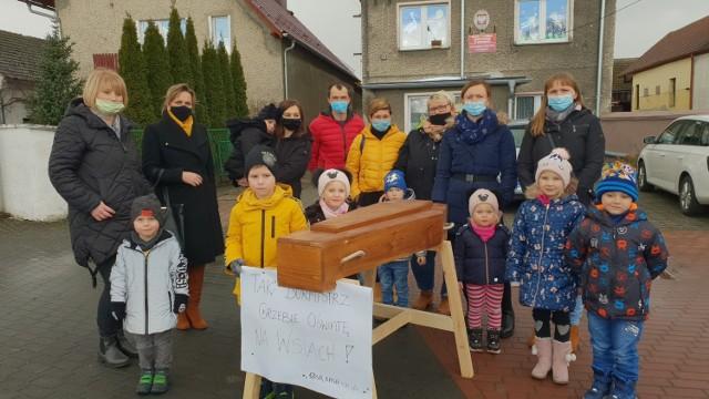 Przedszkole w Rozmierce nie może działać dłużej w tym budynku. Mieszkańcy w proteście przynieśli w piątek trumnę i wystawili ją przed budynek przedszkola.