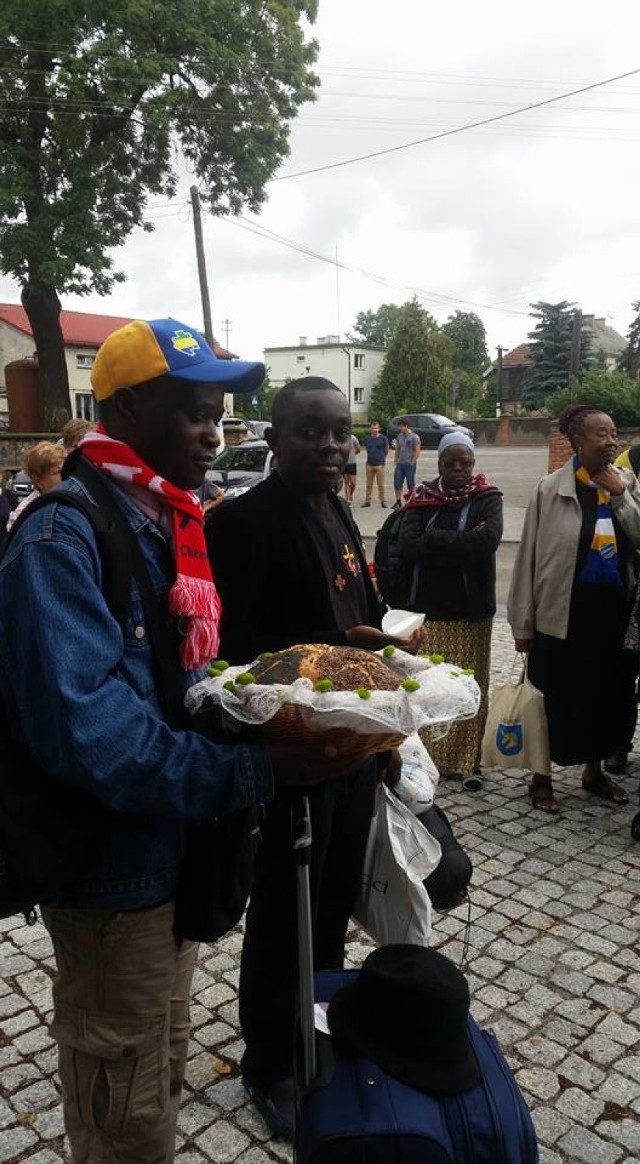 Tradycyjnie - chlebem i solą - powitano w Unisławiu pielgrzymów z Gabonu.