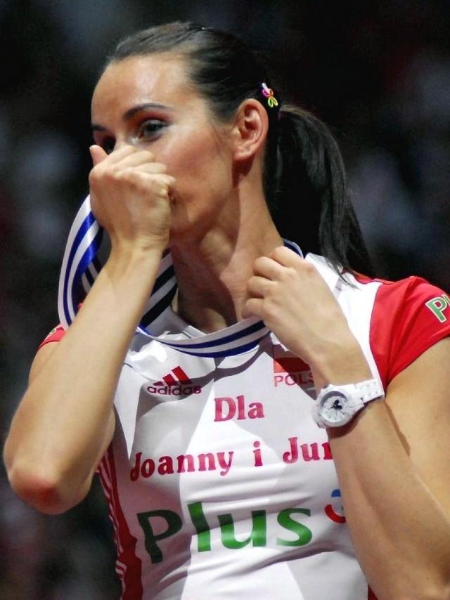 Izabela Bełcik całuje brązowy medal ME w piłce siatkowej