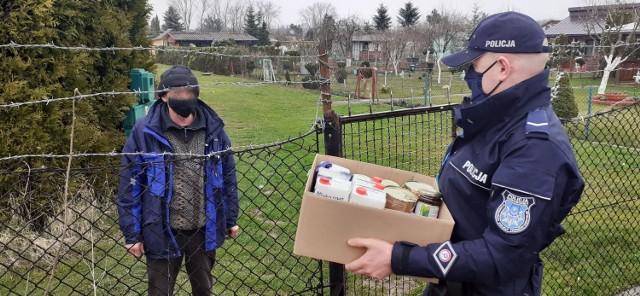 Dzielnicowy z Tarnowa nie zostawił potrzebującej osoby bez pomocy. Szybko zorganizował dla niej paczkę z żywnością