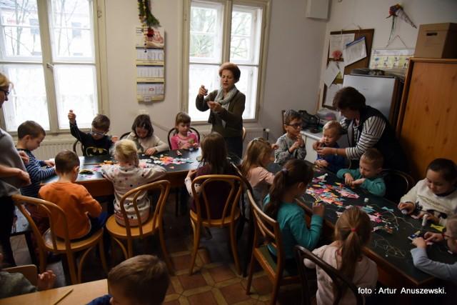 """Podczas warsztatów w muzeum Ziemi Międzyrzeckiej maluchy z """"dwójki"""" uczyły się wykonywać różne świąteczne ozdoby na choinkę. Zajęcia prowadziły panie Halina Nowacka, twórczyni ludowa oraz wychowawczyni Małgorzata Sienkowska."""
