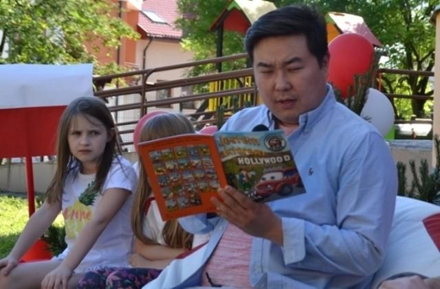 """Bilguun """"Bill"""" Ariunbaatar, znany showman, prezenter telewizyjny i celebryta - wcielił się w rolę Franka podczas imprezy z okazji Dnia Dziecka w buskim Przedszkolu Słoneczko."""