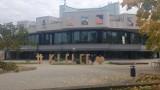 """Napis """"Kielce"""" stanie przed Kieleckim Centrum Kultury. Były wstępne przymiarki (ZDJĘCIA)"""