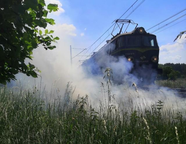 """Strażacy z Kostrzyna nad Odrą zostali zaalarmowani o pożarze, do którego doszło w rejonie ul. Cmentarnej. Ze zgłoszenia wynikało, że paliła się trawa i zarośla po obu stronach trasy kolejowej w stronę Szczecina.  Sytuacja miała miejsce we wtorek, 8 czerwca. Zgłoszenie, które odebrali strażacy, pochodziło od funkcjonariuszy straży ochrony kolei. Do akcji wysłano dwa zastępy strażaków. Po dojeździe na we wskazane miejsce okazało się, że palą się zarośla i krzaki przy popularnej """"nadodrzance"""". Ogień i dym sięgały 10 metrów wysokości. Strażakom udało się ugasić i opanować pożar, który zagrażał ruchowi kolejowemu na tej popularnej i często uczęszczanej trasie.   Wideo: Strażacy z Kostrzyna jadą do pożaru pustostanu na osiedlu Drzewice"""